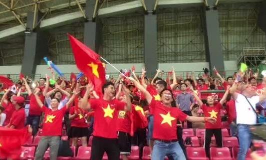 Cổ động viên ăn mừng chiến thắng của Olympic Việt Nam