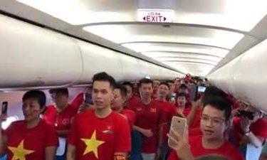 Cổ động viên Việt Nam sang Indonesia ủng hộ bóng đá nam