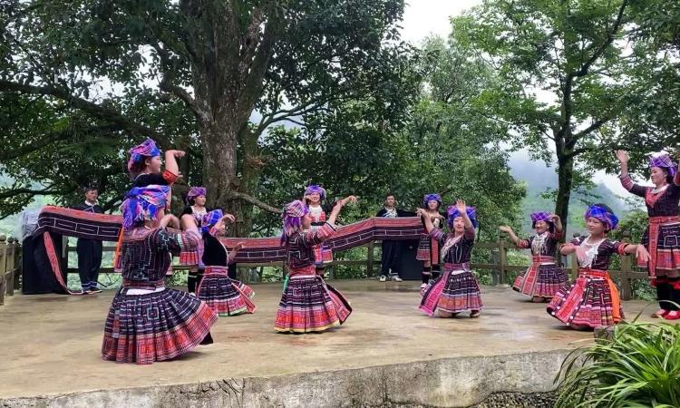 Điệu múa của người Mông tại San Sín Hồ