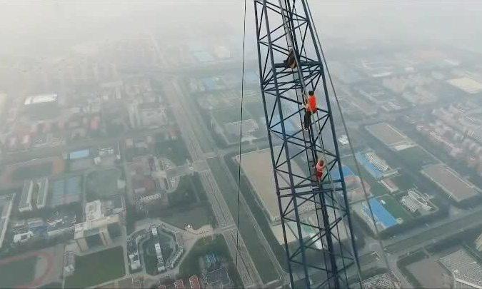 Angela Nikolau chinh phục công trình xây dựng Thiên Tân