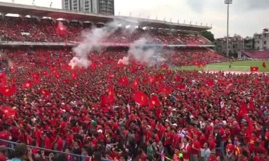 CĐV đốt pháo ăn mừng khu Olympic Việt Nam gỡ bàn thắng