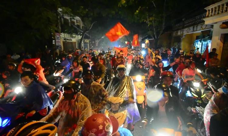 CĐV đội mưa 'đi bão' dù Việt Nam bị cầm hòa trên đất Malaysia
