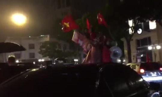 CĐV Hà Nội đội mưa 'đi bão' sau trận chung kết lượt đi