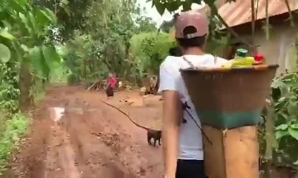 Hoa hậu H'Hen Niê đi xe máy, vác giỏ lên rẫy khiến fan quốc tế thích thú