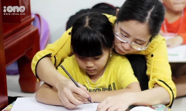 12 năm 'chèo đò' của cô gái khuyết tật