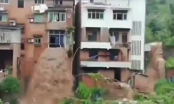 Nước lũ chảy qua căn hộ ở Trùng Khánh