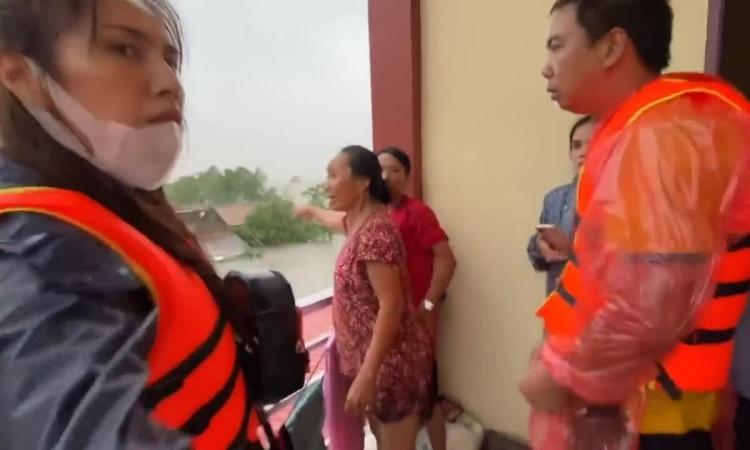 Thủy Tiên cứu trợ miền Trung