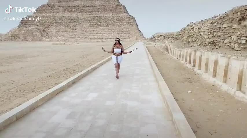 Người mẫu bị bắt vì chụp ảnh hở ngực trước kim tự tháp