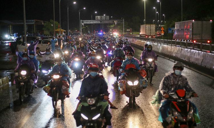 Đoàn người rời TP HCM
