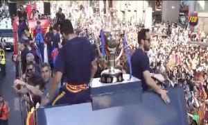 Sao Barca rước Cup trong biển CĐV