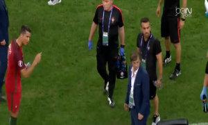 C. Ronaldo ra lệnh cho đồng đội đá phạt đền