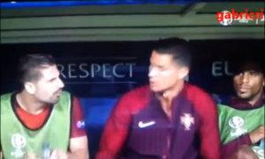 C. Ronaldo khiến đồng đội giật mình phun phì nước