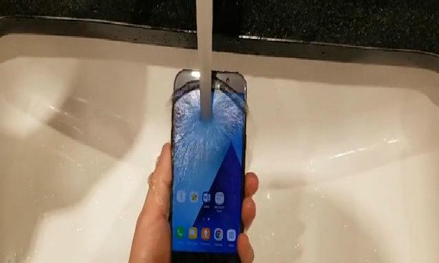 Thử khả năng chống nước Galaxy A5 2017