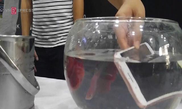 Thử ngâm nước iPhone 7 Plus