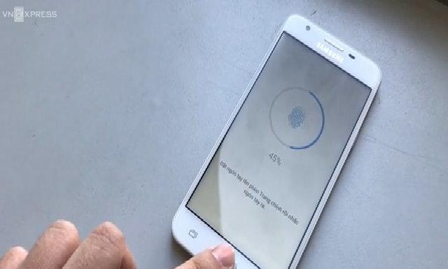 Thử cảm biến vân tay trên Galaxy J5 Prime