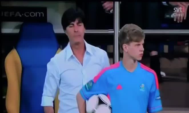 Joachim Loew trêu cậu bé nhặt bóng
