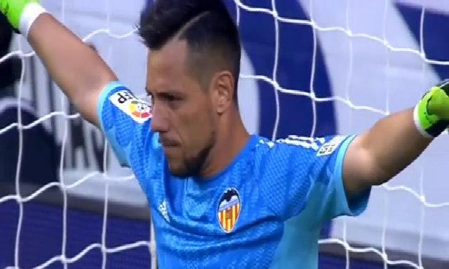 Alves cản cú sút của Ronaldo