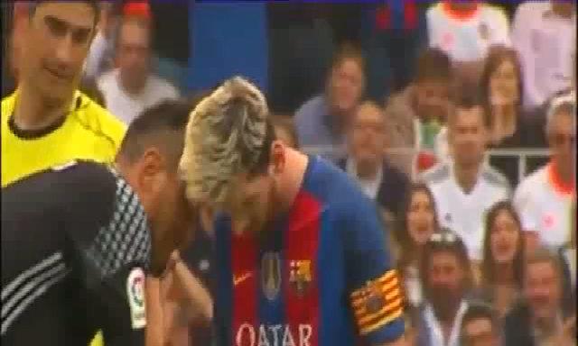 Alves tấm lý chiến với Messi
