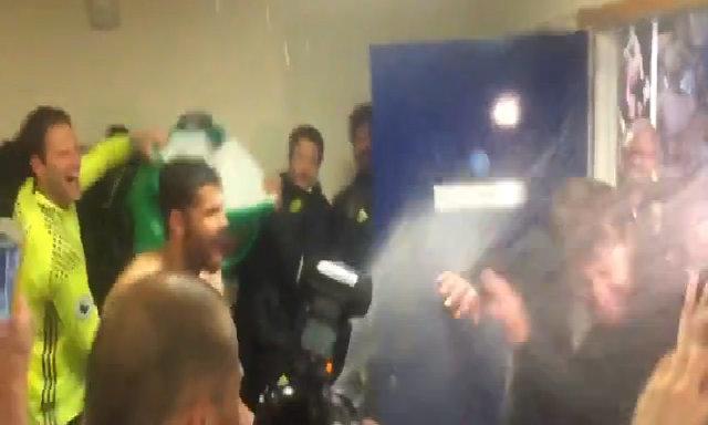 Cầu thủ Chelsea trút nước đá và champagne lên người Conte mừng chức vô địch