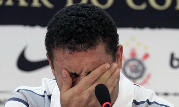 Ronaldo bật khóc khi thông báo quyết định giải nghệ năm 2011
