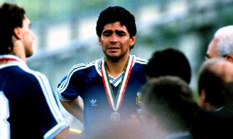 Maradona khóc sau trận chung kết