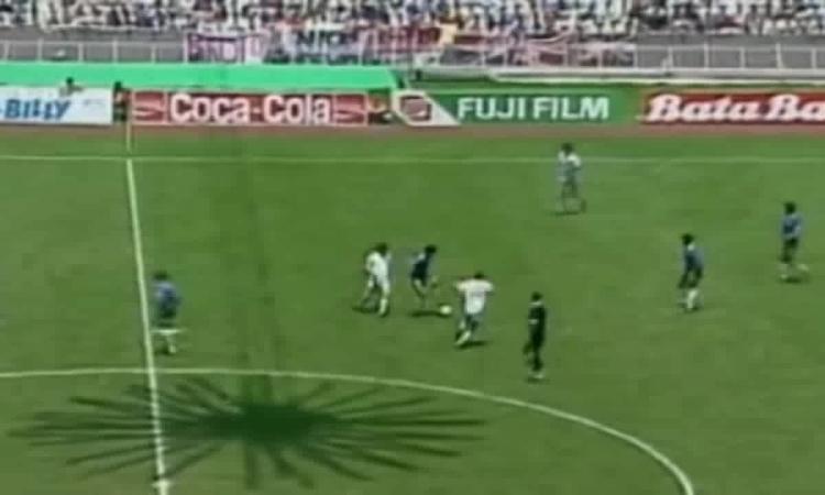 Maradona ghi bàn vào lưới đội tuyển Anh