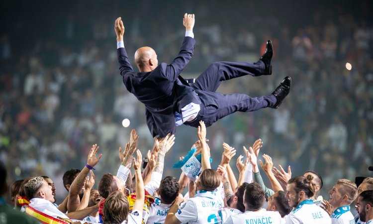 Cầu thủ Real tung hô Zidane trong lễ mừng Cup Champions League 2018