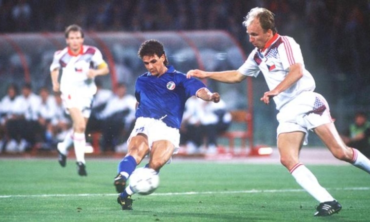 Roberto Baggio ghi bàn vào lưới Tiệp Khắc 1990