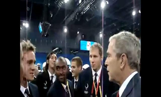 George W. Bush trò chuyện với vận động viên Mỹ ở Olympics 2008 tại Trung Quốc