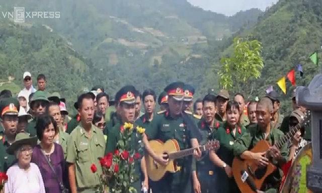 Trương Quý Hải hát giữa nghĩa trang liệt sĩ Vị Xuyên
