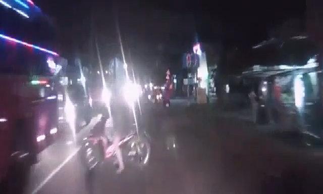 Bật đèn pha trong phố suýt gây tai nạn