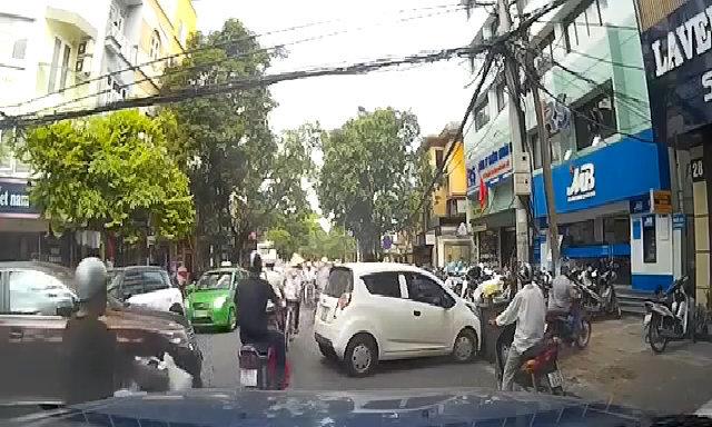 Nữ tài xế loay hoay quay đầu trong phố