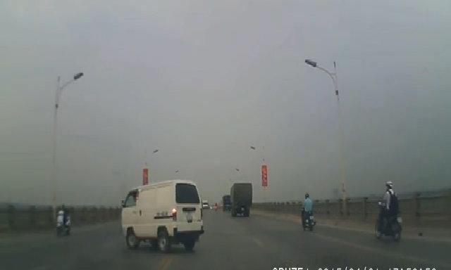 Xe van quay đầu giữa cầu Vĩnh Tuy