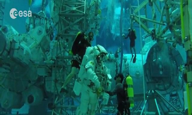 Phi hành gia huấn luyện mô phỏng điều kiện trong vũ trụ