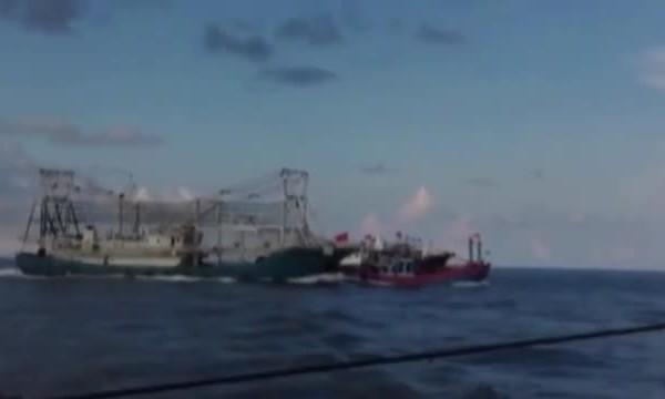 Tàu Trung Quốc đâm tàu cá Việt Nam