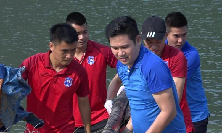 Bầu Tam hưởng ứng thử thách dọn rác trên biển Quảng Ninh