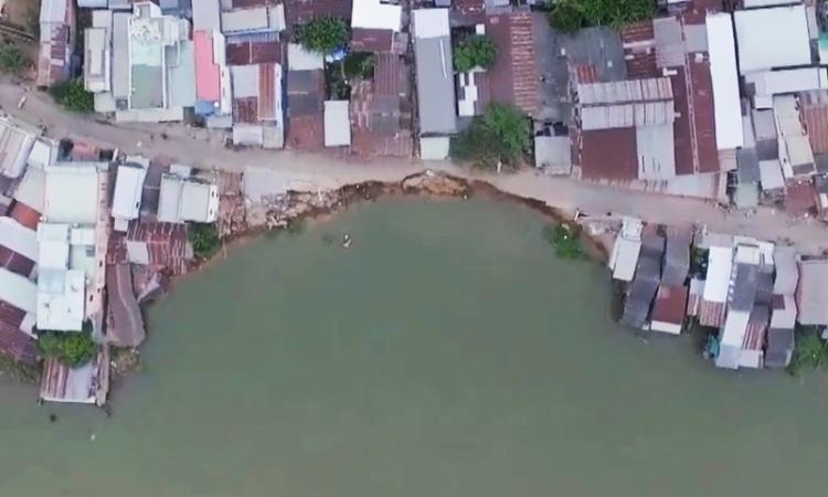 Gần 400 m sạt lở bên sông Vàm Nao nhìn từ trên cao
