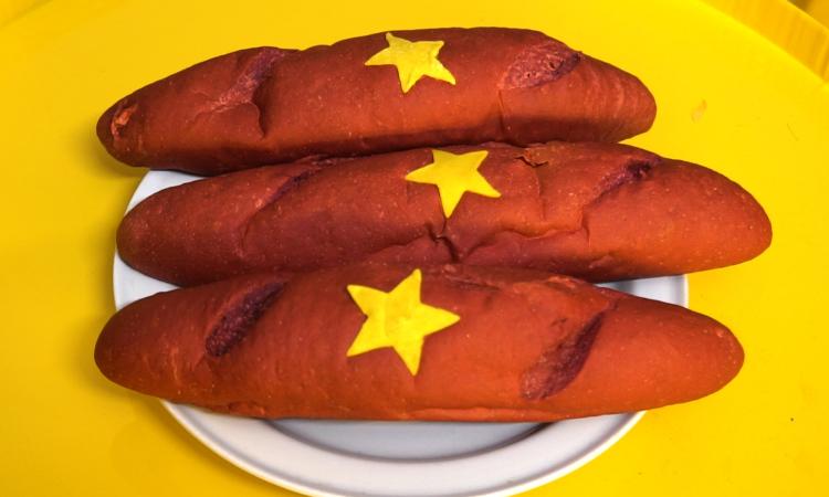 Cửa hàng làm bánh mì giống cờ đỏ sao vàng